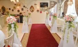 Красная ковровая дорожка с цветами