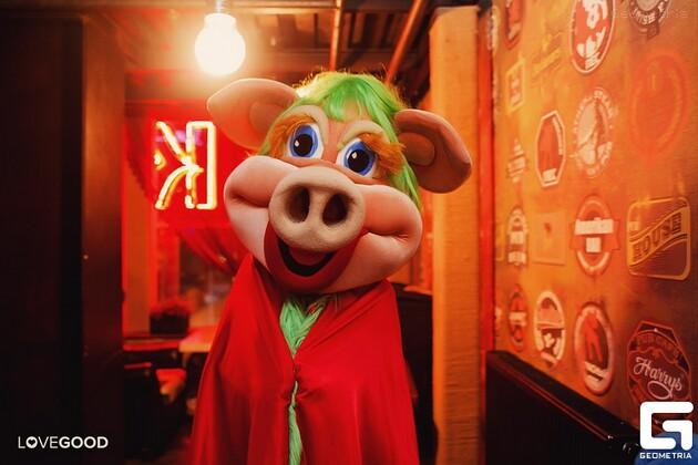 свинья стриптизерша